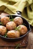 Испеченные картошки в черном лотке Стоковые Фото