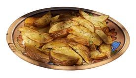 Испеченные картошки и положенный на керамическую плиту белизна изолированная веником Стоковые Фото