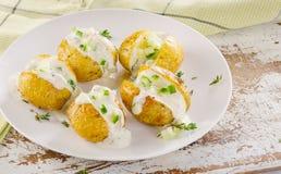 Испеченные картошки на белой плите Стоковое Изображение RF