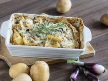 Испеченные картошки при соус розмаринового масла и устрицы взбрызнутый с сыром Стоковые Фото