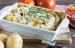 Испеченные картошки при соус розмаринового масла и устрицы взбрызнутый с сыром Стоковые Изображения RF