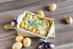Испеченные картошки при соус розмаринового масла и устрицы взбрызнутый с сыром Стоковое Изображение