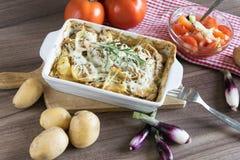 Испеченные картошки при соус розмаринового масла и устрицы взбрызнутый с сыром Стоковое фото RF