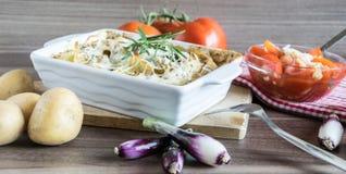 Испеченные картошки при соус розмаринового масла и устрицы взбрызнутый с сыром Стоковые Изображения