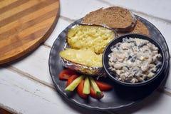 Испеченные картошки с грибами и овощами стоковая фотография rf