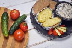 Испеченные картошки с грибами и овощами стоковые фото
