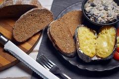 Испеченные картошки с грибами и овощами стоковые изображения