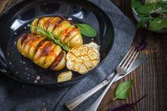 Испеченные картошки hasselback Стоковая Фотография RF