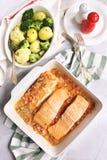 Испеченные красные рыбы в томатном соусе и зажаренных картошках с брокколи Стоковая Фотография RF