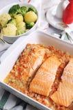 Испеченные красные рыбы в томатном соусе и зажаренных картошках с брокколи Стоковые Фотографии RF