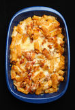 испеченные макаронные изделия цыпленка сыра стоковое изображение rf