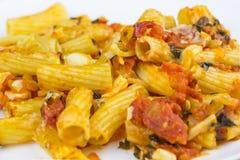 Испеченные макаронные изделия с сыром и соусом Стоковое Фото