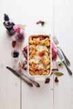 Испеченные макаронные изделия Conchiglioni с srimps, сыром и cream соусом Стоковое фото RF