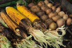 Испеченные мозоль и картошки на гриле стоковые фотографии rf