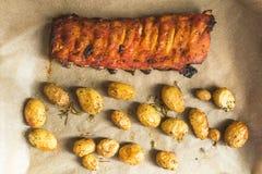 Испеченные нервюры свинины и новые картошки Стоковые Фото