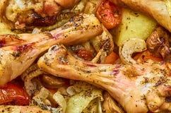 Испеченные ноги жареного цыпленка с различными овощами стоковые фотографии rf