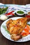 Испеченные ноги кролика на плите и различных соусах для мяса Стоковые Изображения