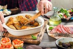 Испеченные ноги цыпленка в блюде выпечки обед здоровый Стоковая Фотография RF