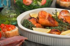 Испеченные ноги цыпленка в конце блюда выпечки вверх Стоковое фото RF