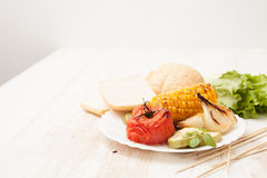Испеченные овощи на барбекю жарят на белизне Стоковые Изображения RF