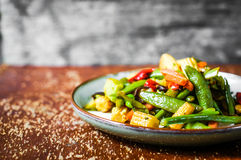 Испеченные овощи на деревенской предпосылке Стоковые Изображения RF