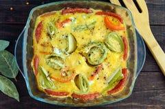 Испеченные овощи & x28; цукини, carrots& x29; в форме стекла огурцы фасолей dish свежие зажаренные томаты сердцевин вегетариански Стоковая Фотография
