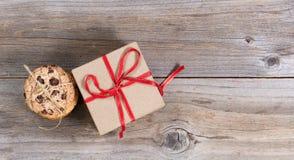 Испеченные печенья и праздничный подарок на деревенских деревянных досках Стоковое Фото