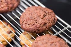 Испеченные печенья шоколада кладя на шкаф Стоковое Фото