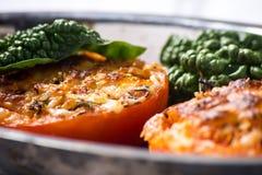 Испеченные половины томата предусматриванные в сыре и специях Стоковое Изображение RF