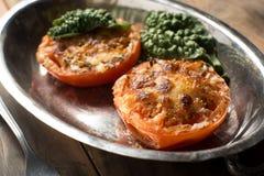 Испеченные половины томата предусматриванные в сыре и специях Стоковые Фотографии RF