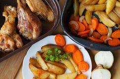 Испеченные пряные картошки и мясо домашней птицы Стоковое Изображение