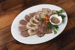 Испеченные ростбиф, крены цыпленка, язык и мясо свинины Стоковое Фото