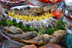 Испеченные рыбы в плите на таблице Стоковая Фотография RF