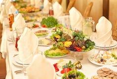 Испеченные рыбы на таблице праздника стоковая фотография rf