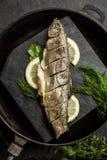 Испеченные рыбы радужной форели с укропом и лимоном Ресторан Морепродукты Стоковое Фото