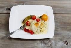 Испеченные рыбы служили на плите готовой для еды Стоковое Фото