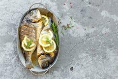 Испеченные рыбы Dorado Лещ моря или зажаренные рыбы dorada Стоковое Изображение RF