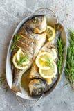 Испеченные рыбы Dorado Лещ моря или зажаренные рыбы dorada Стоковое фото RF