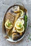 Испеченные рыбы Dorado Лещ моря или зажаренные рыбы dorada Стоковая Фотография