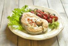 Испеченные семги с красными соусом и овощами икры Стоковые Изображения RF