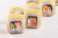 Испеченные суши крена, копченая семга, тунец, салат, сыр, конец-вверх, Стоковые Изображения RF