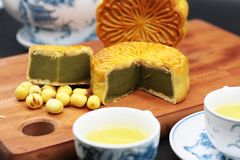 Испеченные торт луны Matcha и зеленый чай стоковая фотография