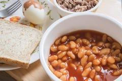 Испеченные фасоли в томатном соусе на шаре с стейком хлеба и тунца Стоковые Изображения