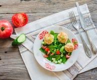 Испеченные шарики нутов с салатом сезама и овоща на сером цвете Стоковое фото RF