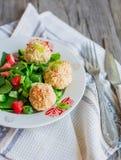 Испеченные шарики нутов с салатом сезама и овоща на сером цвете Стоковая Фотография RF