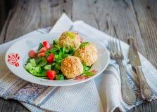 Испеченные шарики нутов с салатом сезама и овоща на сером цвете Стоковая Фотография