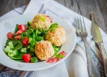 Испеченные шарики нутов с салатом сезама и овоща на сером цвете Стоковые Фотографии RF
