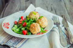 Испеченные шарики нутов с салатом сезама и овоща на сером цвете Стоковое Фото