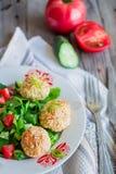 Испеченные шарики нутов с салатом сезама и овоща на сером цвете Стоковые Фото