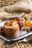 Испеченные яблоки заполненные с сухофруктом, гайками и творогом, медом, циннамоном конец-вверх, горизонтальный Стоковое Изображение RF